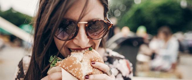 تعرف على مخاطر تناول الطعام سريعاً