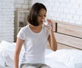 ماذا يحدث في جسمك عند شرب الماء على الريق؟