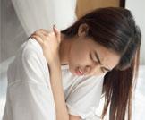 أسباب وعلاج آلام أعلى الظهر