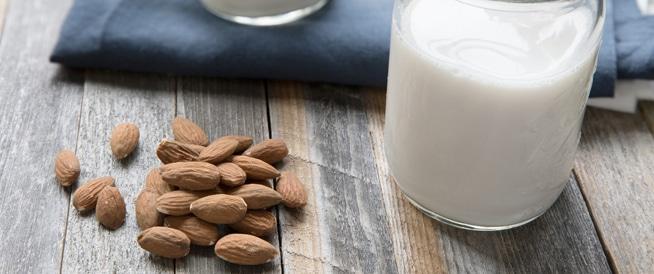 حليب اللوز: أهم الفوائد والقيم الغذائية