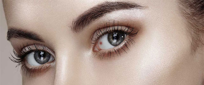 البقع الحمراء في العين أسباب شائعة وطرق التغلب عليها