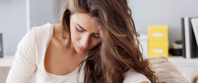 انتفاخ بطن المرأة: أسباب صحية وهرمونية