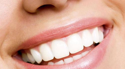 عادات خاطئة تؤثر على لون الأسنان