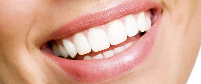 عادات خاطئة تؤدي إلى تغير لون الأسنان