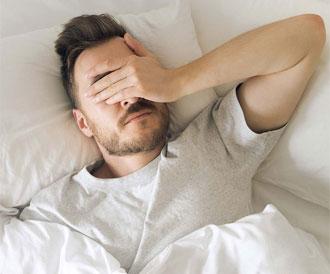 الإستيقاظ المفاجئ أثناء النوم: أسباب طبيعية ومرضية