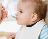 أخطاء عند إطعام الطفل الرضيع