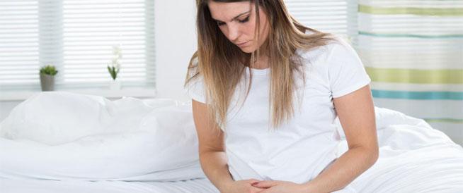 انتفاخ جسم المرأة: أسباب شائعة وعلاجات