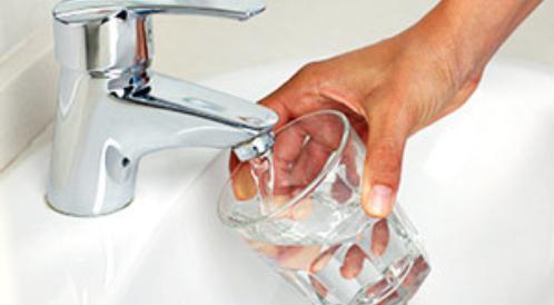 كثرة شرب الماء ليست مفيدة لهذه الأسباب