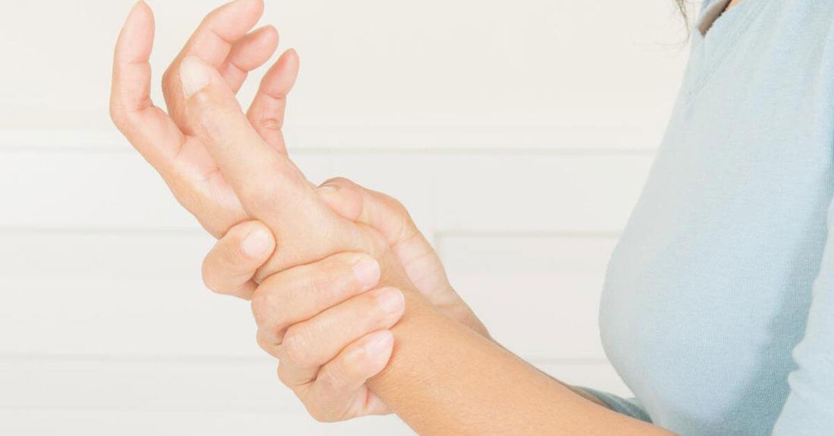 أسباب ألم المعصم وطرق علاجه ويب طب