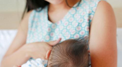 أسباب رفض الطفل حليب الأم
