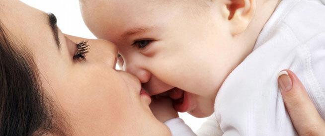 مخاطر صحية تصيب الرضيع عند تقبيله