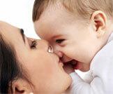 مخاطر تقبيل الرضيع