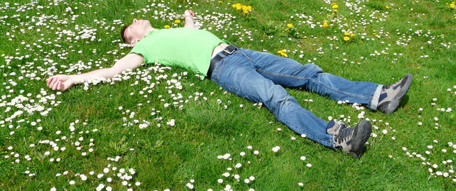 النوم على الأرض: أضرار وفوائد محتملة