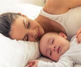 مخاطر النوم بجانب الرضيع