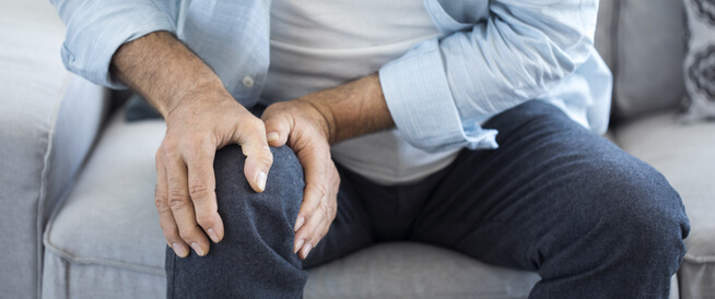 آلام الركبة اليسرى: الأسباب والعلاجات المنزلية