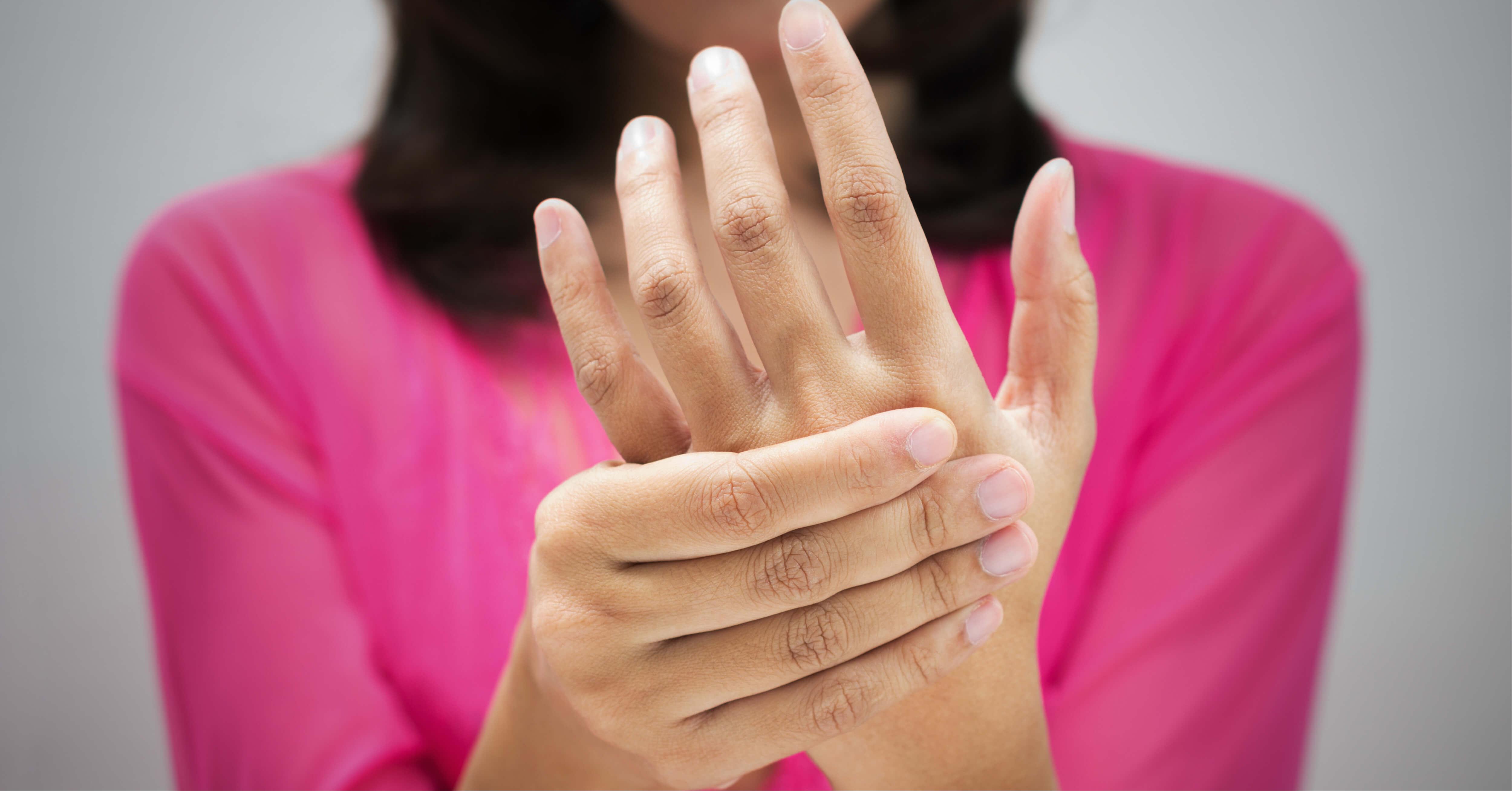 ما هي أسباب تنميل اليدين ويب طب
