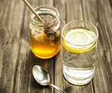 العسل مع الماء الدافئ الليمون