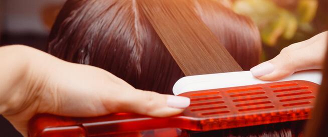 فرد الشعر بالبروتين: فوائد وأضرار