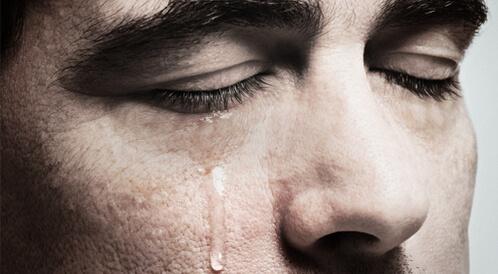 ما سبب نزول الدموع أثناء النوم؟