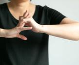 ما يهمك معرفته عن فرقعة الأصابع
