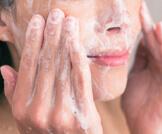 غسول الوجه الطبي أو الطبيعي