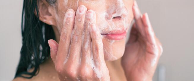 غسول الوجه الطبي أو الطبيعي: أيهما تفضل؟