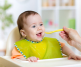 ماذا تعرف عن أكل الأطفال الرضع؟