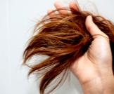 أسباب جفاف الشعر وطرق العلاج