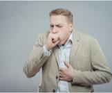 ما أعراض برد العظام الصدرية؟