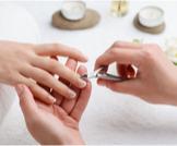 إزالة الجلد الميت حول الأظافر
