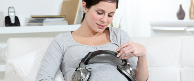 تطور حواس الطفل: متى يسمع الرضيع؟