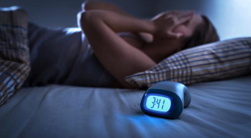 هل قلة النوم تسبب الصداع؟