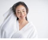 هل غسل الشعر يوميًا يضر بالشعر