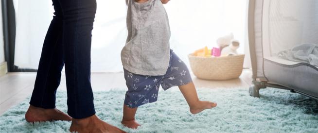 كيف أعلم طفلي المشي