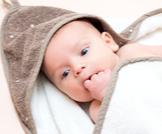 لماذا يضع الرضيع يده في فمه
