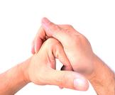 ماذا يحدث عند طقطقة الأصابع
