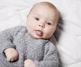 لماذا يخرج الرضيع لسانه
