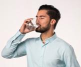 هل شرب الماء بكثرة ينزل الوزن