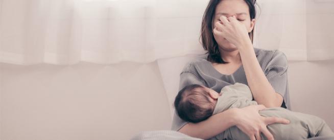 ذهان ما بعد الولادة: مرض نفسي خطير قد يصيب الأم