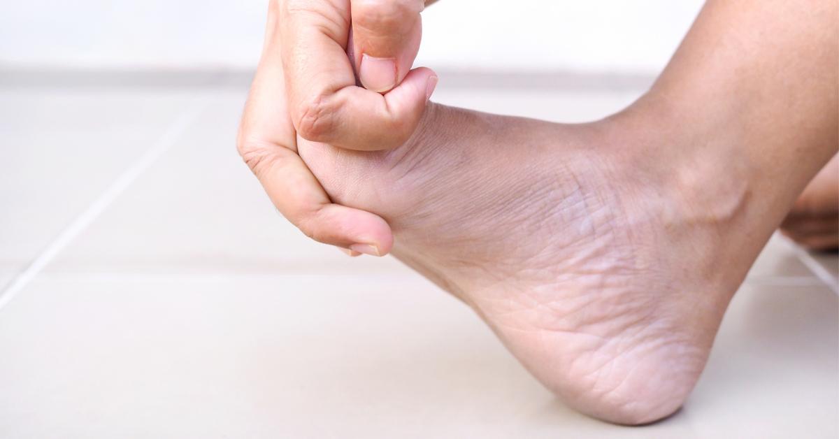 تشنج أصابع القدم دليلك الشامل ويب طب