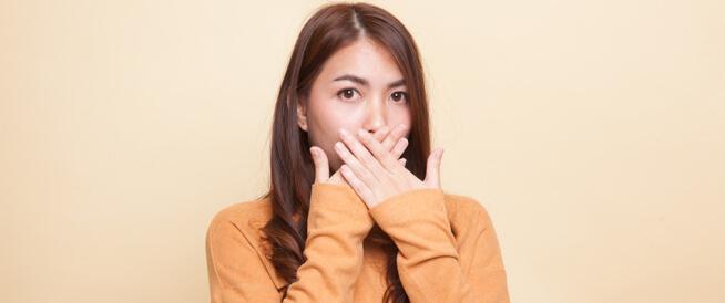 رائحة الفم الصباحية: أسباب عديدة بين العابر والمرضي