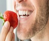 تبييض الأسنان بالفراولة: وصفة فعالة؟