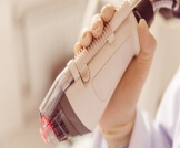 علاج التهاب الجريبات الشعرية بالليزر