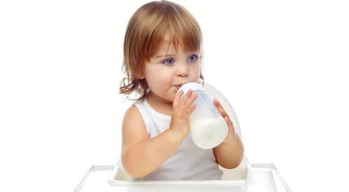 كم يحتاج الطفل من الحليب في عمر السنة