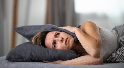 أسباب طنين الأذن عند النوم