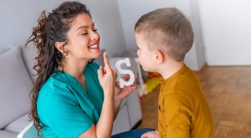 متى يتكلم طفل التوحد