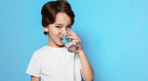 كم يحتاج الطفل من الماء يوميًا
