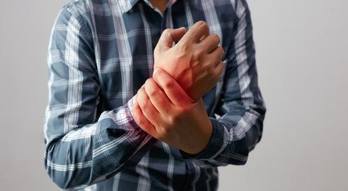 علاج ألم اليد اليمنى المفاجئ