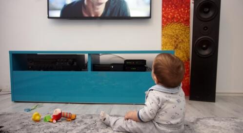 مشاهدة الرضيع للتلفزيون