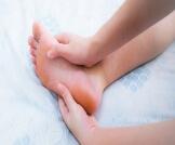 أسباب تنميل القدمين أثناء النوم